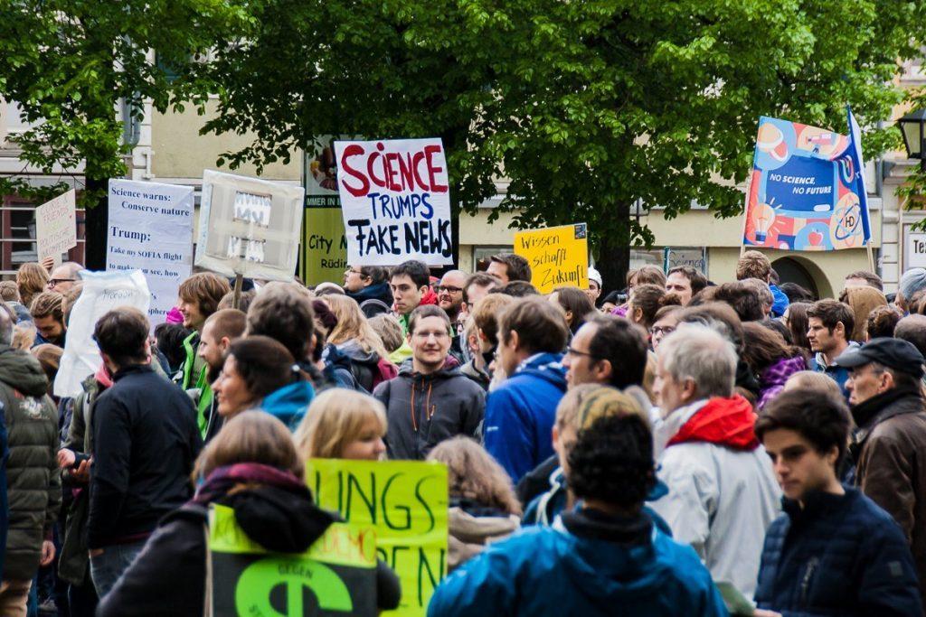 Menschenmenge mit Plakaten