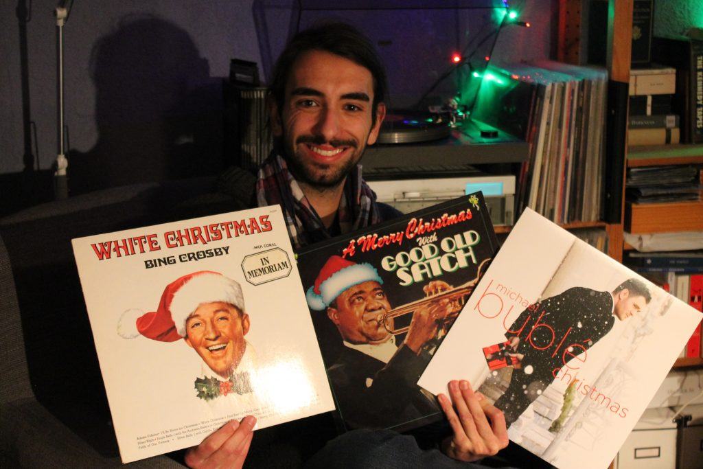 Josh mit Weihnachts-Schallplatten