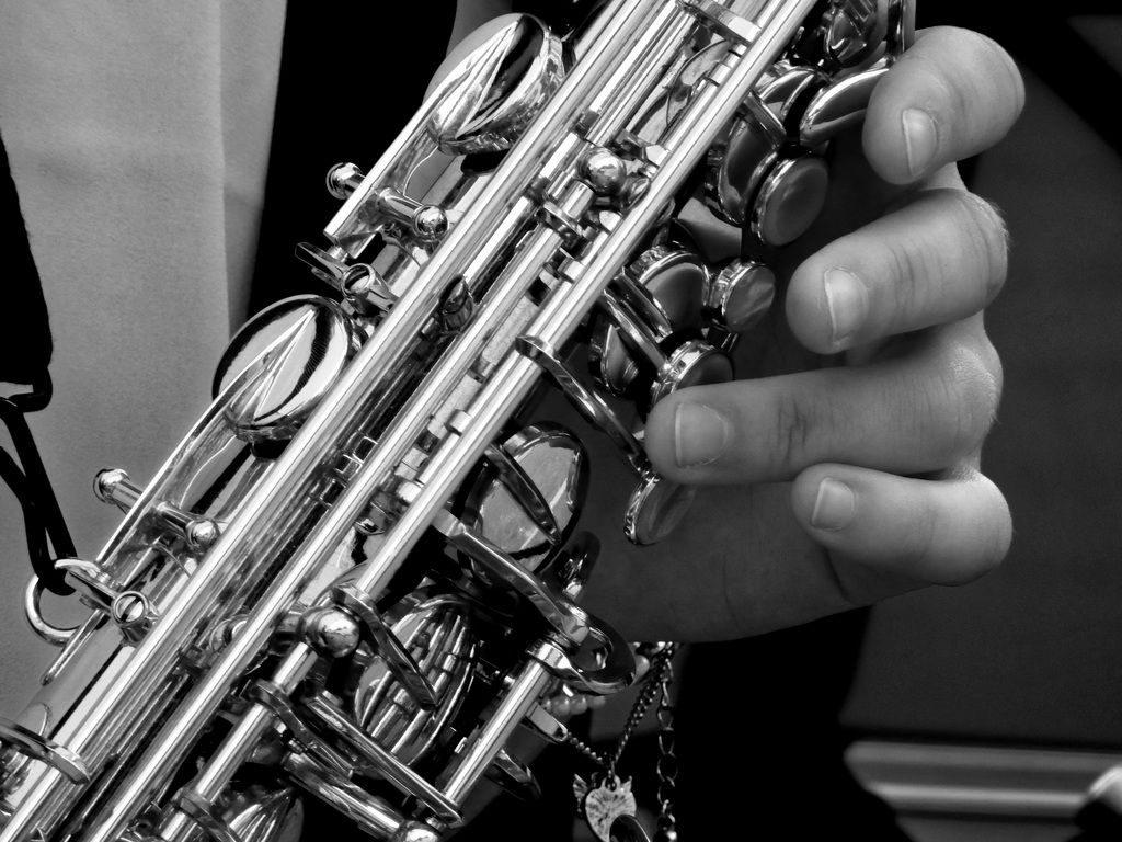 Finger auf einem Saxofon