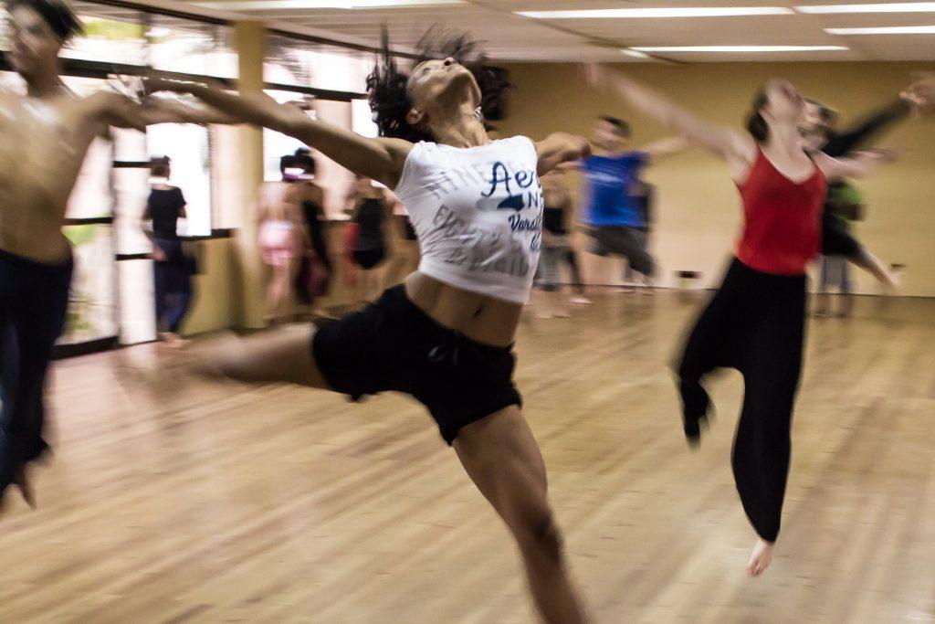 Tänzerinnen und Tänzer im Studio